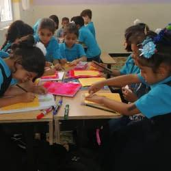 طلاب وطالبات السفير في الفصل الدراسي